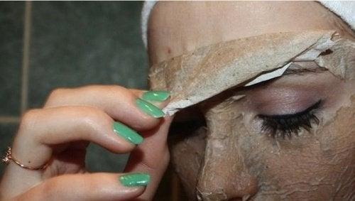ansiktsmaske av egg fjerner hudormer