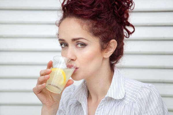 kvinne drikker lemonade