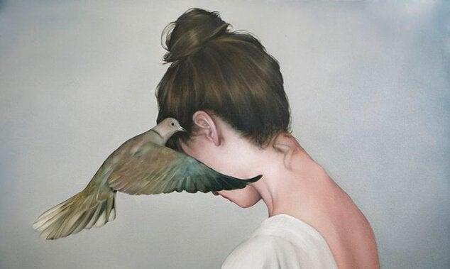 kvinne-med-due-ved-oret