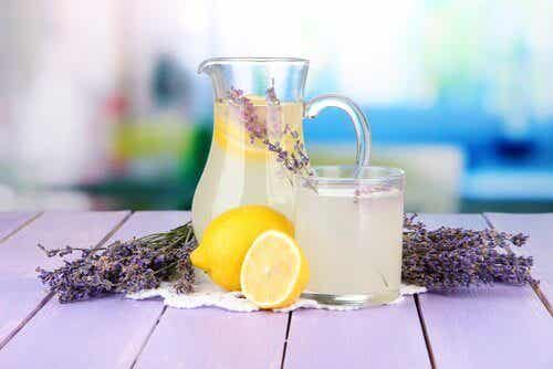Denne limonaden med lavendel vil lege hodepiner
