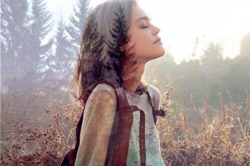 Kvinne i skogen