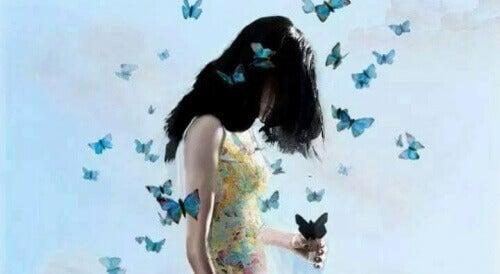 3-kvinne-med-sommerfugler