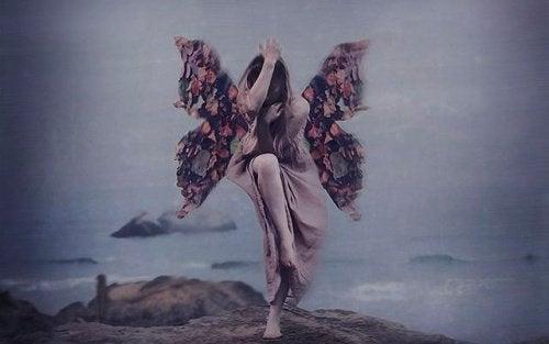 kvinne med sommerfuglvinger