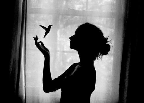 kvinne og kolibri