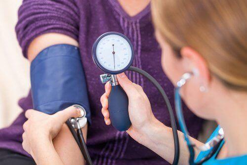 hva forårsaker høyt blodtrykk