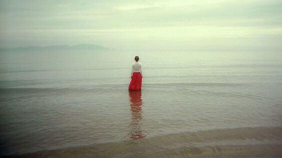 sørgende kvinne ved havet