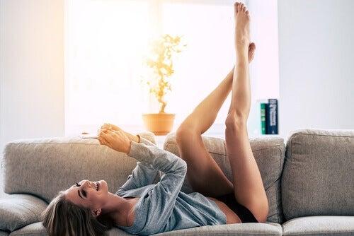 kvinne-sofa