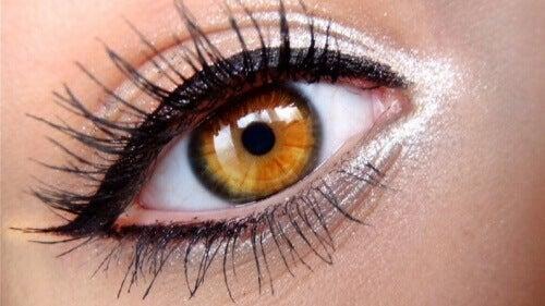 legg-eyeliner-pa%cc%8a-oynene-dine