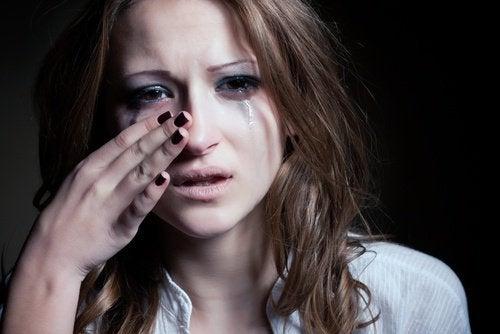 kvinne tørker tårer