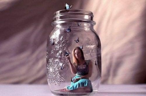 kvinne-i-glasskrukke