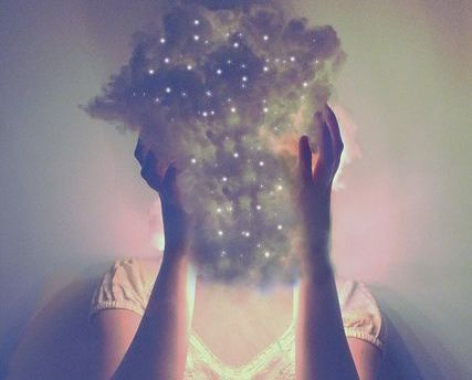 kvinne-med-sky-på-hodet