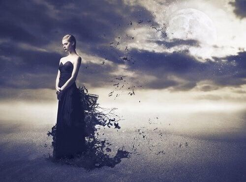 kvinne-med-svart-kjole-ma%cc%8ane