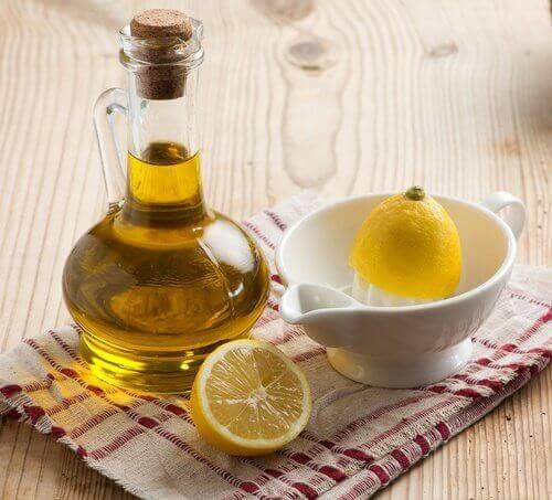 Hvordan lager du en blanding med sitronsaft og olivenolje?