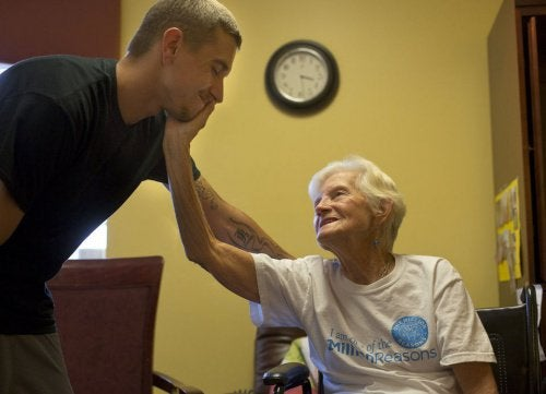 Eldre dame med alzheimers