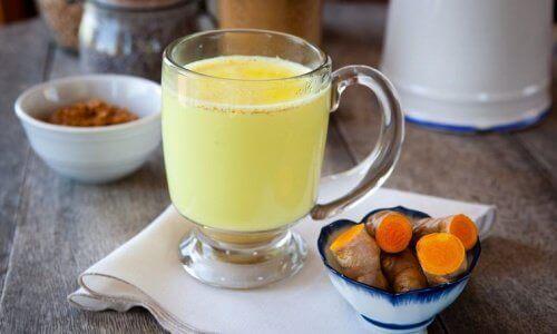 En drikke med ingefær, gurkemeie og kajennepepper
