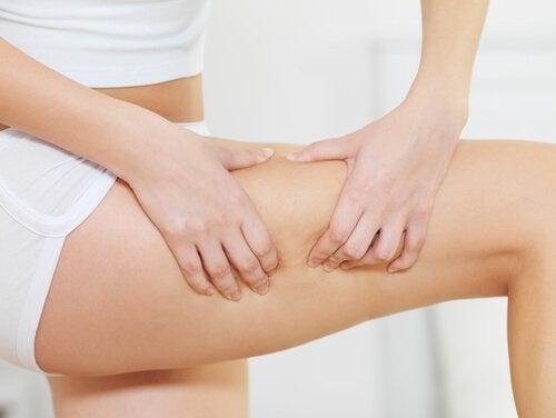 Syv remedier for å redusere cellulitter naturlig: De virker!