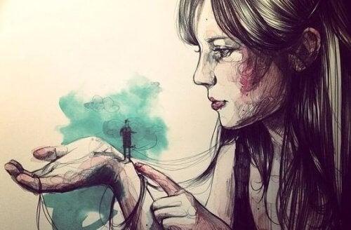 liten mann på kvinnes hånd
