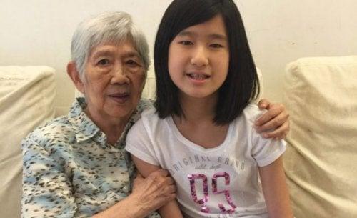 Jente lager en app for å kommunisere med sin bestemor