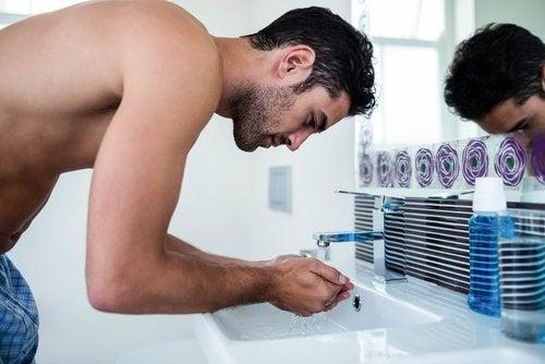 Mann vasker ansiktet
