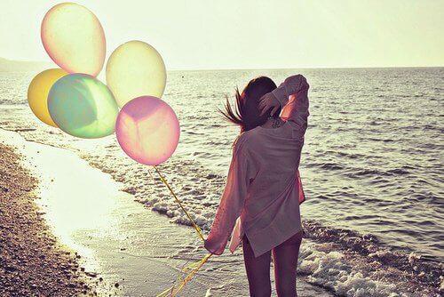 kvinne med ballonger