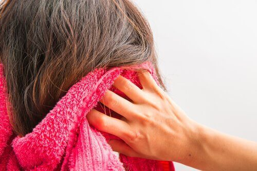 Kvinne tørker håret