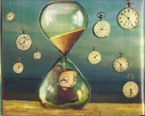Kvinne i et timeglass