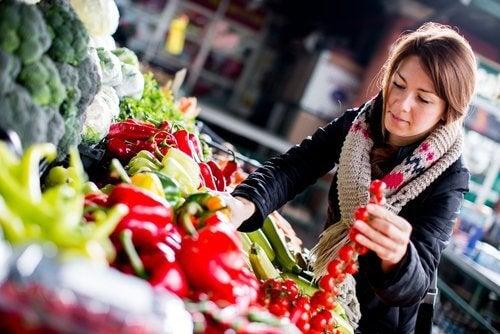 Kvinne i grønnsaksdisken
