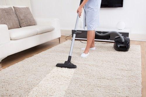 7 enkle triks for å vaske de mest utilgjengelige stedene i huset ditt