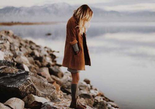 Kvinne ser på havet