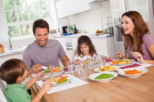 Familie spiser en lett middag