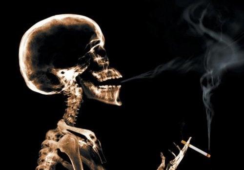 skjelett som røyker