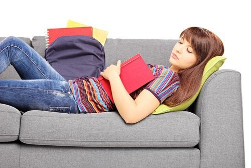 Jente sover på sofaen
