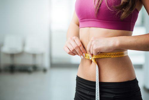 kvinner måler mage