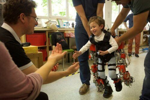 Dette eksoskjelettet kan hjelpe paraplegiske barn