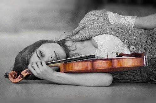 Kvinne i svart-hvitt med fiolin i farge