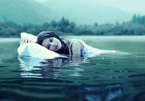 kvinne på vannet