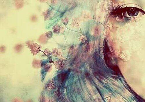Kvinne med blomster i håret