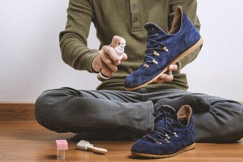 8 enkle triks som lar deg bli kvitt lukt i skoene dine