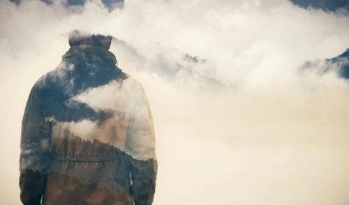 Gjennomsiktig mann og skyer