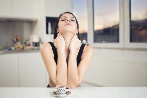 kvinne drikker kaffe