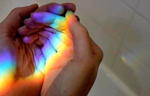 hender og regnbue