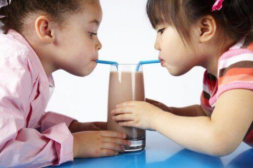 Barn drikker sjokoladedrikk