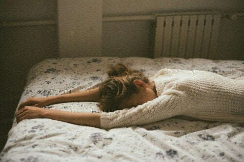 kvinne på sengen