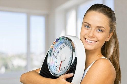 kvinne med vekt