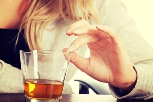 kvinne drikker