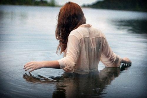 Kvinner står i dypt vann
