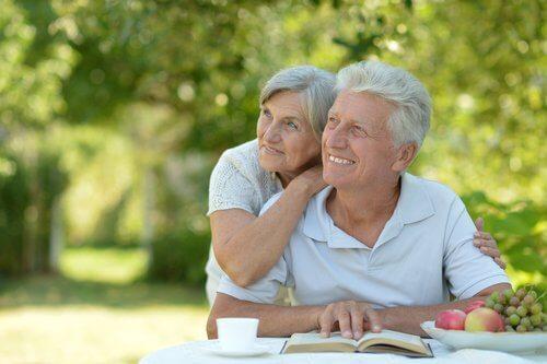 Eldre par koser seg ute