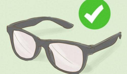 4 viktige tips for å ta vare på brillene dine