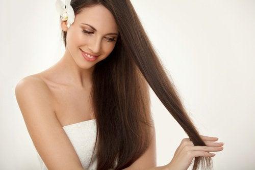 5 naturlige løsninger for å få håret ditt til å vokse raskere