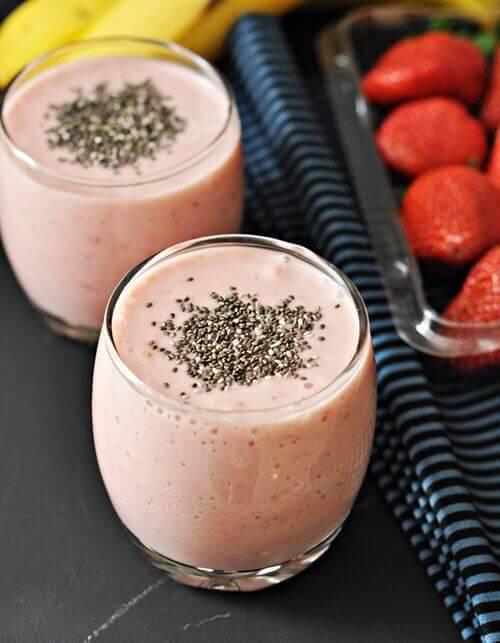 Smoothie med jordbær, banan og chiafrø